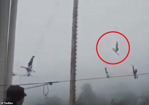 Kinh hoàng khi dây bảo hộ bất ngờ đứt, thanh niên biểu diễn đu dây rơi từ độ cao 20 mét  ảnh 1