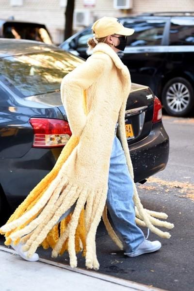 """Mặc item đồ hiệu, giá hàng trăm triệu mà vợ Justin Bieber bị chê """"áo như cây lau nhà"""" ảnh 2"""
