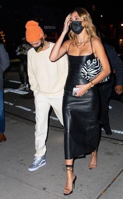 """Mặc item đồ hiệu, giá hàng trăm triệu mà vợ Justin Bieber bị chê """"áo như cây lau nhà"""" ảnh 4"""