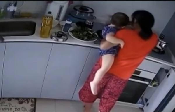 Kinh hoàng cảnh người giúp việc ấn tay em bé 14 tháng tuổi vào nước đang sôi ảnh 2