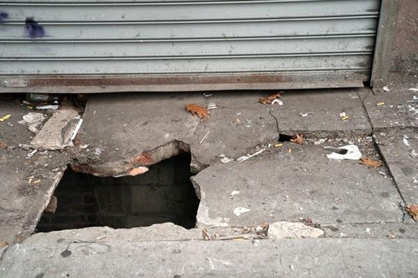 Mặt đường sập bất ngờ, người đứng chờ xe buýt bị rơi xuống cống, gặp cảnh tượng kinh hoàng ảnh 1