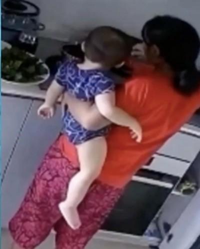 Kinh hoàng cảnh người giúp việc ấn tay em bé 14 tháng tuổi vào nước đang sôi ảnh 1