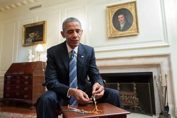 Ông Joe Biden từng tặng chiếc vòng ghép hai cái tên này cho ai mà khiến netizen ngưỡng mộ? ảnh 2
