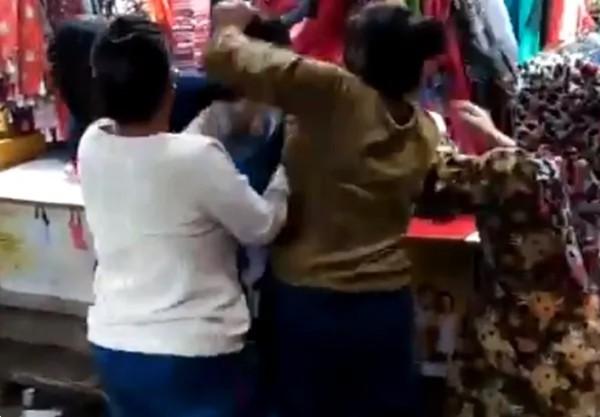 """Chỉ vì gọi người phụ nữ 40 tuổi bằng """"cô"""", cô gái 19 tuổi bị đánh tơi bời ngay giữa chợ ảnh 2"""