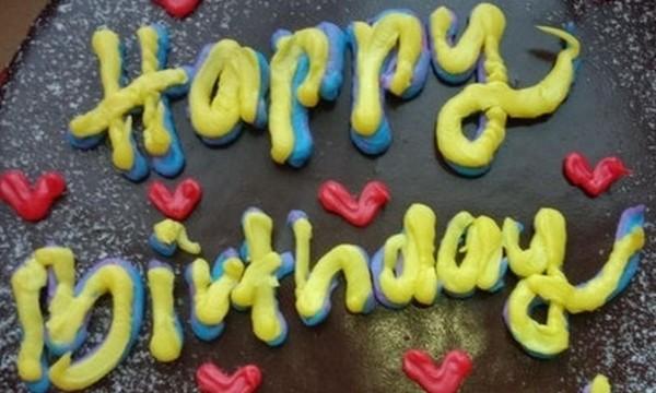 Nhận được bánh bạn gửi tặng sinh nhật, cô gái bất ngờ khi thấy dòng chữ khó hiểu trên bánh ảnh 1
