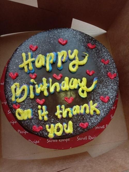 Nhận được bánh bạn gửi tặng sinh nhật, cô gái bất ngờ khi thấy dòng chữ khó hiểu trên bánh ảnh 2