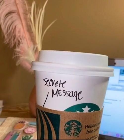 """Nhân viên Starbucks gửi """"lời nhắn bí mật"""" cho khách trên cốc đồ uống, và cái kết bất ngờ ảnh 1"""
