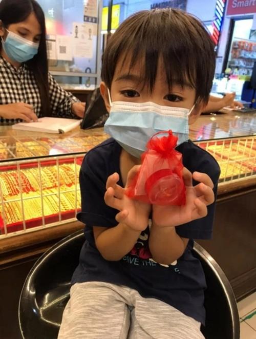 """Đây mới là """"con nhà người ta"""": Cậu bé 6 tuổi dùng hết tiền sinh nhật để mua vàng tặng mẹ ảnh 2"""