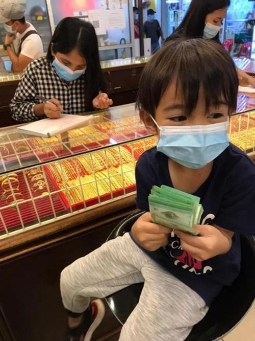 """Đây mới là """"con nhà người ta"""": Cậu bé 6 tuổi dùng hết tiền sinh nhật để mua vàng tặng mẹ ảnh 3"""
