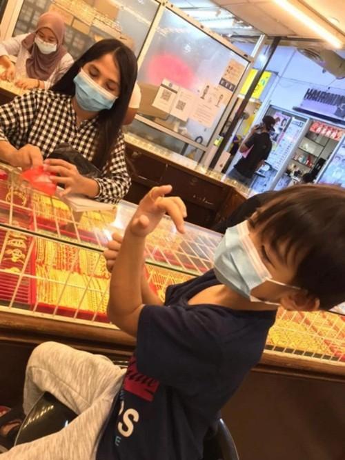 """Đây mới là """"con nhà người ta"""": Cậu bé 6 tuổi dùng hết tiền sinh nhật để mua vàng tặng mẹ ảnh 1"""