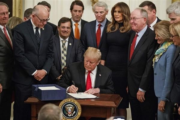 Tổng thống Trump gặp chuyện oái oăm: Họp báo ở Nhà Trắng mà ai cũng chỉ chú ý đến cái bàn ảnh 5