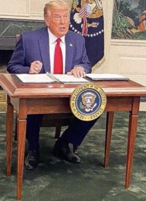 Tổng thống Trump gặp chuyện oái oăm: Họp báo ở Nhà Trắng mà ai cũng chỉ chú ý đến cái bàn ảnh 4