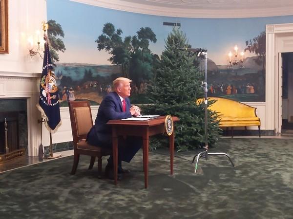 Tổng thống Trump gặp chuyện oái oăm: Họp báo ở Nhà Trắng mà ai cũng chỉ chú ý đến cái bàn ảnh 2