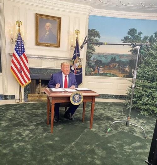 Tổng thống Trump gặp chuyện oái oăm: Họp báo ở Nhà Trắng mà ai cũng chỉ chú ý đến cái bàn ảnh 1