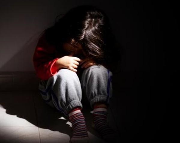 """Bị mẹ bỏ mặc không chăm sóc, cậu bé 2 tuổi tội nghiệp """"chỉ biết sủa"""" chứ không biết nói ảnh 1"""