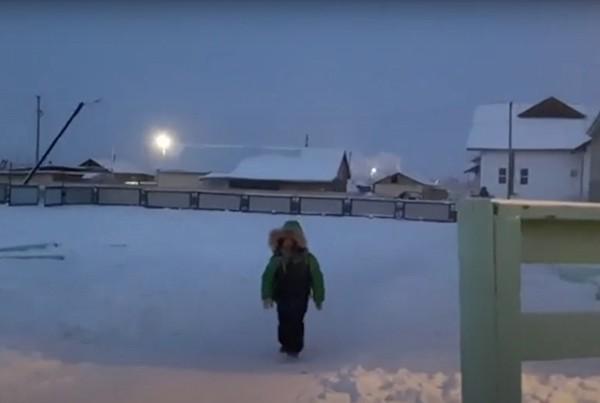 Trường học lạnh nhất thế giới: Học sinh chỉ được nghỉ khi nhiệt độ giảm sâu dưới mức này ảnh 3