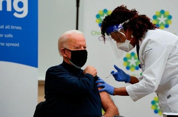 Sau khi tiêm vaccine COVID-19, ông Joe Biden nói câu mà Tổng thống Trump cũng không ngờ ảnh 1