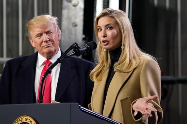 """Tổng thống Trump về nhà nghỉ lễ, con gái cưng Ivanka Trump tranh thủ """"trêu"""" bố cho vui ảnh 3"""