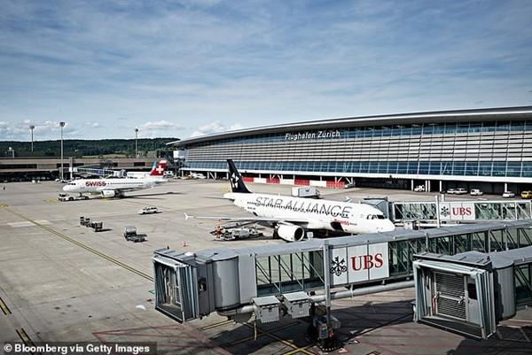 Cơ phó của hãng hàng không Anh ngất xỉu giữa chuyến bay, hành khách lo bị nhiễm COVID-19 ảnh 3