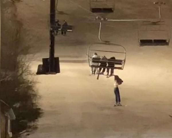Ác mộng trên cáp treo: Cô gái 14 tuổi rơi khỏi ghế cáp, treo mình lơ lửng giữa không trung ảnh 1