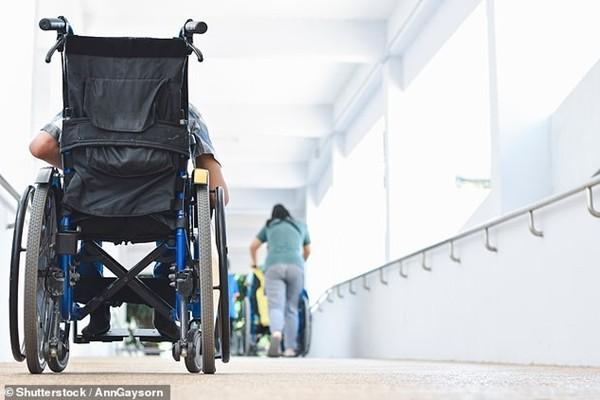 Phẫn nộ người mẹ bắt con gái khỏe mạnh ngồi xe lăn suốt 8 năm, nói dối do bị tự kỷ ảnh 1