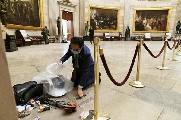 Sau hỗn loạn ở Điện Capitol, cư dân mạng xúc động trước hình ảnh nghị sĩ cúi người dọn dẹp ảnh 1
