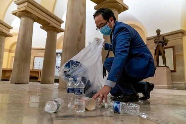 Sau hỗn loạn ở Điện Capitol, cư dân mạng xúc động trước hình ảnh nghị sĩ cúi người dọn dẹp ảnh 3