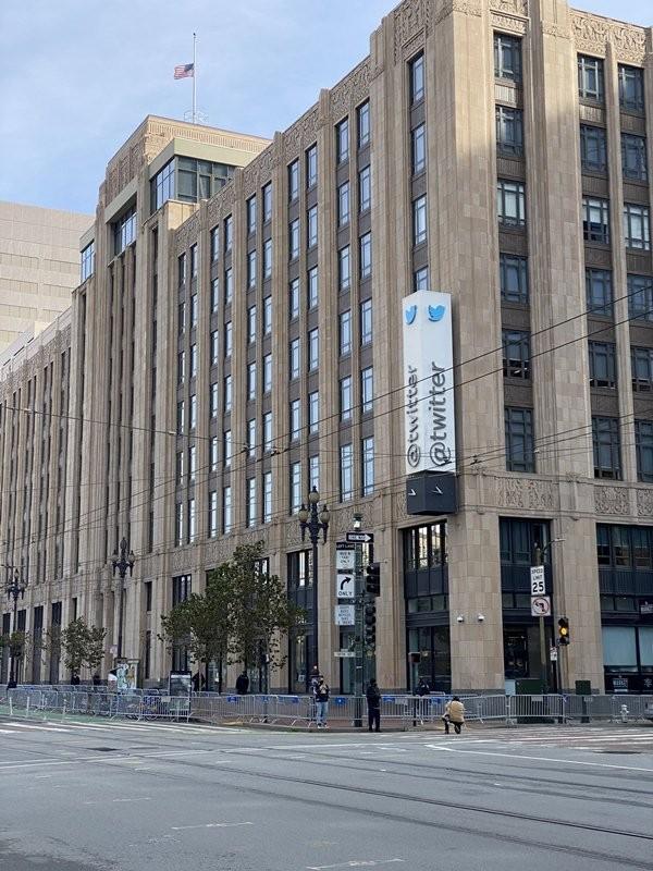Bất ngờ với số người ủng hộ Tổng thống Trump đến trụ sở Twitter để phản đối khóa tài khoản ảnh 5