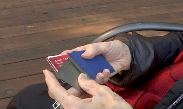 Trả lại chiếc ví nhặt được, người vô gia cư không ngờ đó là sự việc thay đổi cuộc đời ông ảnh 2