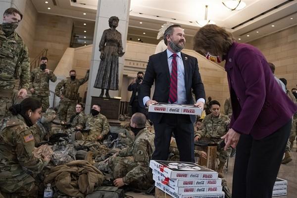 """""""Vấn đề"""" bất ngờ và thú vị mà Vệ binh Quốc gia bảo vệ Điện Capitol gặp phải, khiến họ phải ra thông báo mới ảnh 2"""