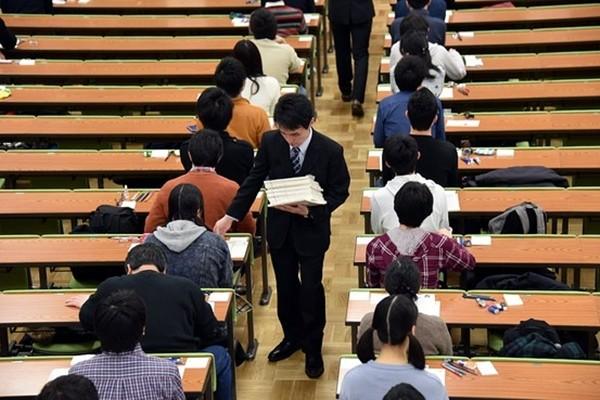 Thí sinh đầu tiên ở Nhật bị đánh trượt trong kỳ thi tuyển sinh đại học vì đeo khẩu trang không đúng cách ảnh 1