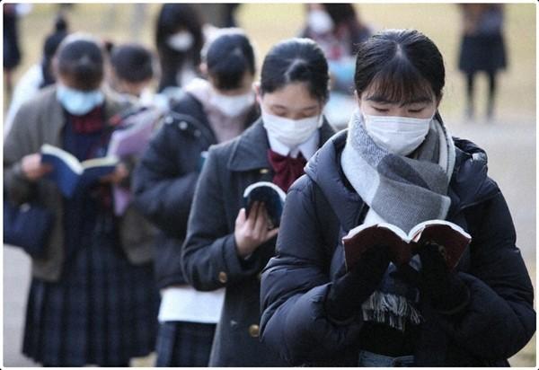 Thí sinh đầu tiên ở Nhật bị đánh trượt trong kỳ thi tuyển sinh đại học vì đeo khẩu trang không đúng cách ảnh 3