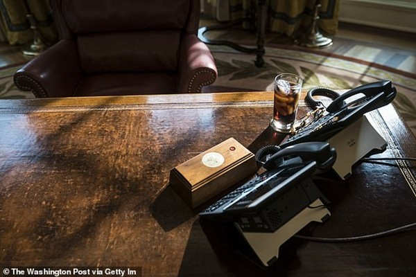 Tổng thống Biden gỡ bỏ cái nút đỏ bí ẩn trên bàn làm việc ở Nhà Trắng, đó là nút gì vậy? ảnh 3