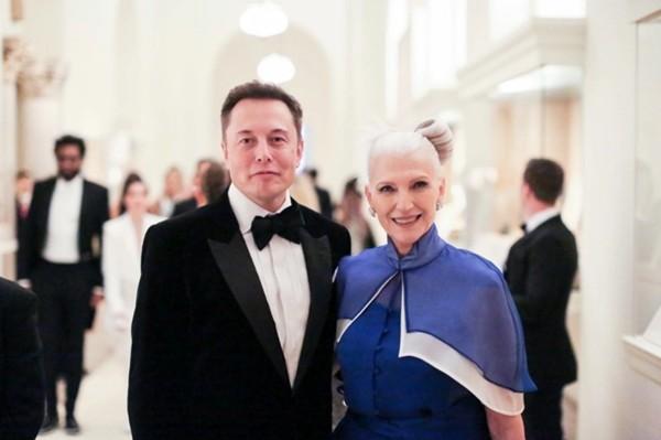 Làm sao để nuôi dạy con thành tỷ phú: Chính mẹ của Elon Musk đã đưa các con tới thành công ảnh 1