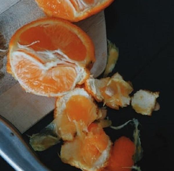 Không muốn nộp cước hành lý khi lên máy bay, 4 hành khách ăn sạch 30kg cam trong 20 phút ảnh 1