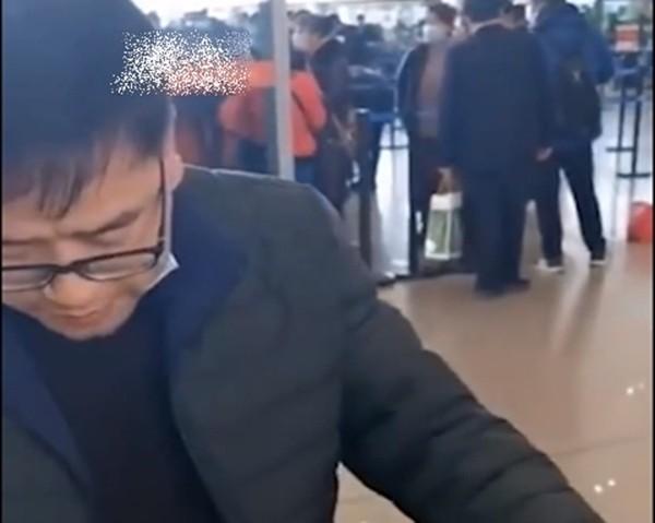 Không muốn nộp cước hành lý khi lên máy bay, 4 hành khách ăn sạch 30kg cam trong 20 phút ảnh 2