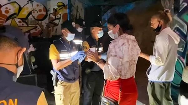 Du khách ở Thái bị bắt vì tụ tập ăn tiệc trong đại dịch, về đồn cảnh sát lại… ăn tiệc tiếp ảnh 1