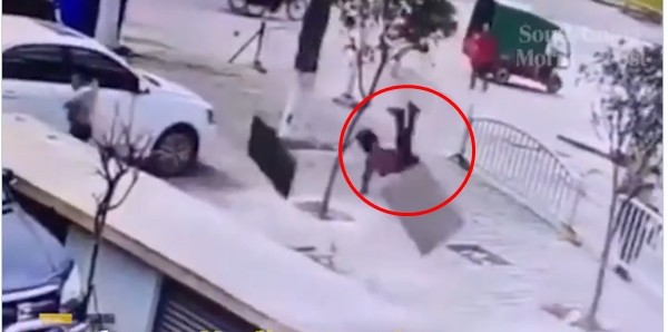 Cảnh báo: Thả pháo hoa xuống cống, cống nổ tung khiến các em nhỏ bị bắn văng ảnh 1