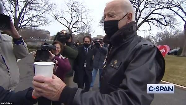 """Valentine ở Nhà Trắng: Tổng thống Mỹ Joe Biden tiết lộ quà Valentine """"kỳ cục"""" của Phu nhân ảnh 2"""