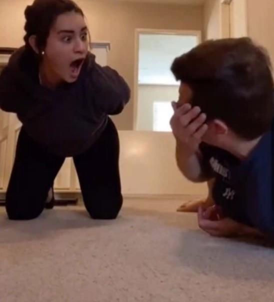 Thử thách thăng bằng trên TikTok: Con gái làm ngon ơ nhưng con trai bó tay chịu thua, bạn thì sao? ảnh 2