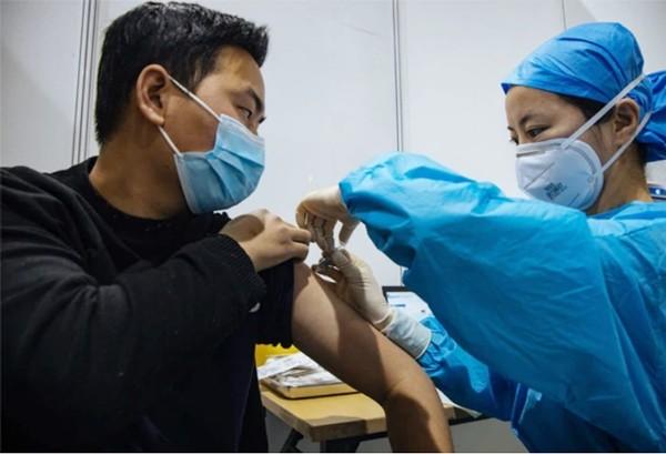 Đã tiêm vắc-xin phòng SARS-CoV-2 rồi mà nhiễm virus, liệu có thể lây cho người khác? ảnh 3