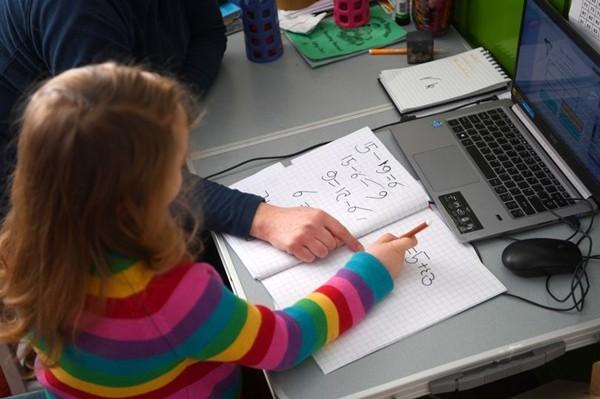 """Thầy dạy Toán đại học cũng """"bó tay"""" với bài tập của cô con gái học lớp 3, bạn làm được không? ảnh 3"""