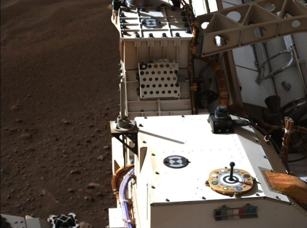 Màu sắc chiếc dù của tàu thăm dò sao Hỏa ẩn chứa thông điệp bí mật, nhưng cư dân mạng đã giải được ảnh 1
