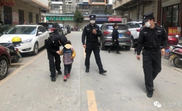 Làm xong thủ tục ly hôn, bố mẹ bỏ mặc con trai 5 tuổi giữa đường, mỗi người đi một hướng ảnh 2