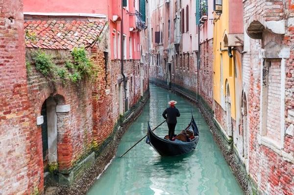 Người dân Venice giật mình khi thấy kênh đào khô queo sau một đêm, chuyện gì đang xảy ra? ảnh 1