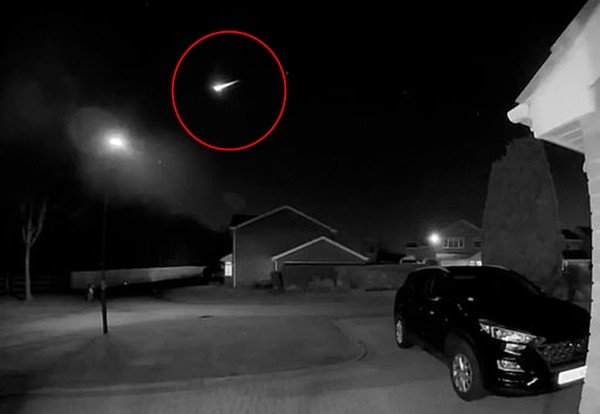 Một mảnh tiểu hành tinh vừa văng xuống Trái Đất, trước đó có hình ảnh kỳ bí trên bầu trời ảnh 1
