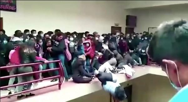 Bolivia: Kinh hoàng cảnh lan can tầng 4 ở trường ĐH gãy sụp, nhiều sinh viên rơi xuống đất ảnh 2