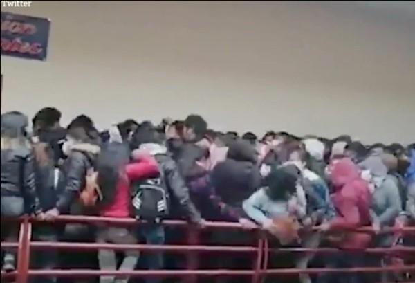 Bolivia: Kinh hoàng cảnh lan can tầng 4 ở trường ĐH gãy sụp, nhiều sinh viên rơi xuống đất ảnh 1