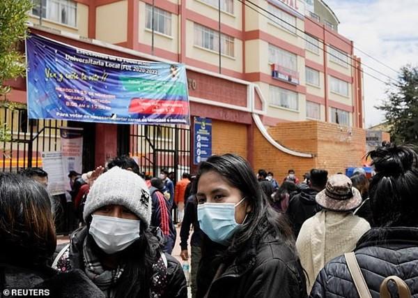 Bolivia: Kinh hoàng cảnh lan can tầng 4 ở trường ĐH gãy sụp, nhiều sinh viên rơi xuống đất ảnh 3