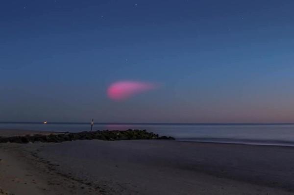 Quả cầu hồng rực kỳ dị trên bầu trời khiến nhiều người tưởng là đĩa bay, hóa ra là gì vậy? ảnh 3